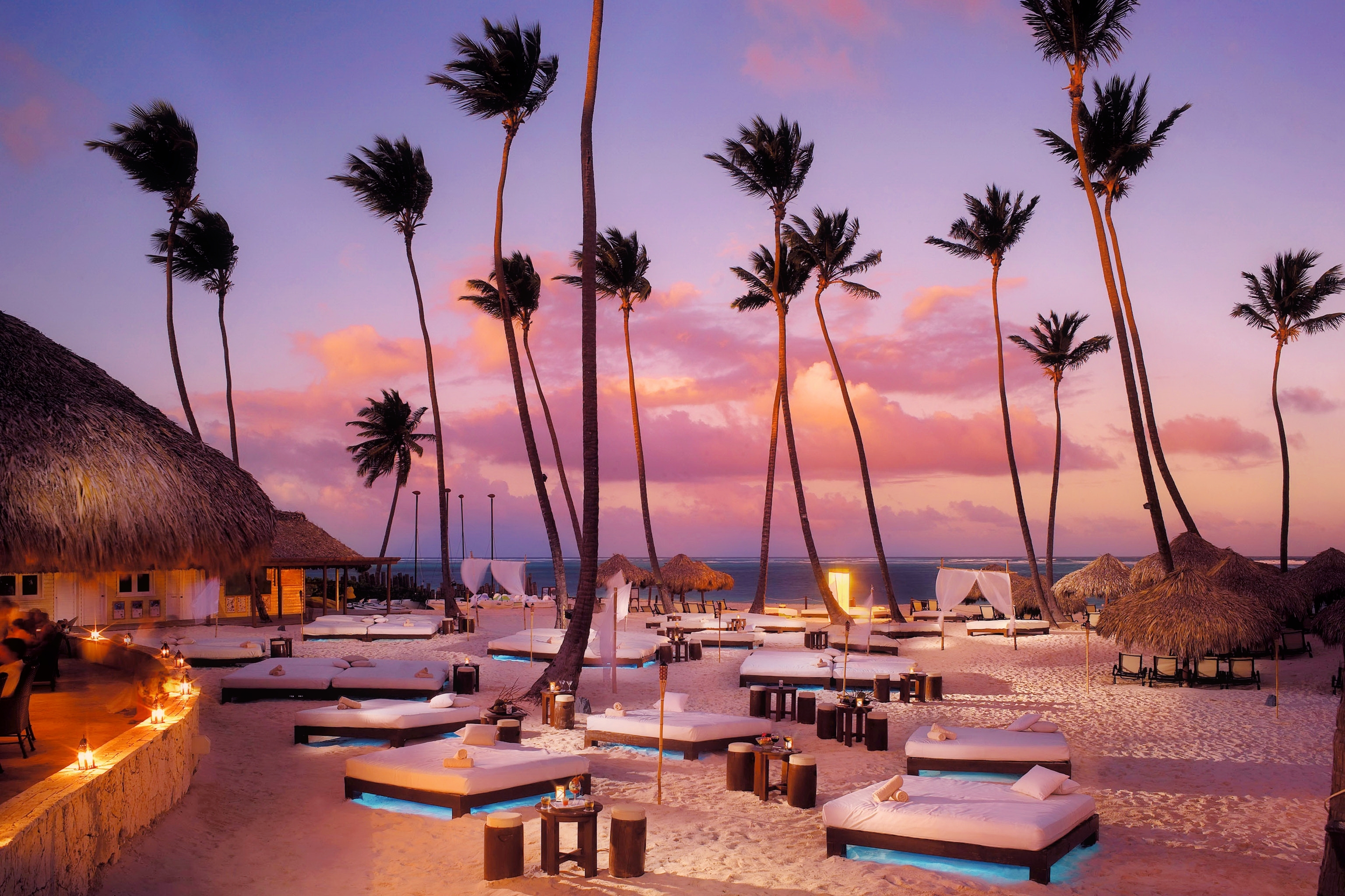 bungalows-sunbeds-palm-trees-lantern-resort-sunset (1)